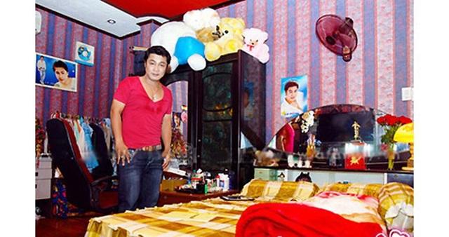 Căn nhà vừa là trụ sở hãng phim Lý Huỳnh, vừa là nơi sinh sống của anh và cha mẹ.