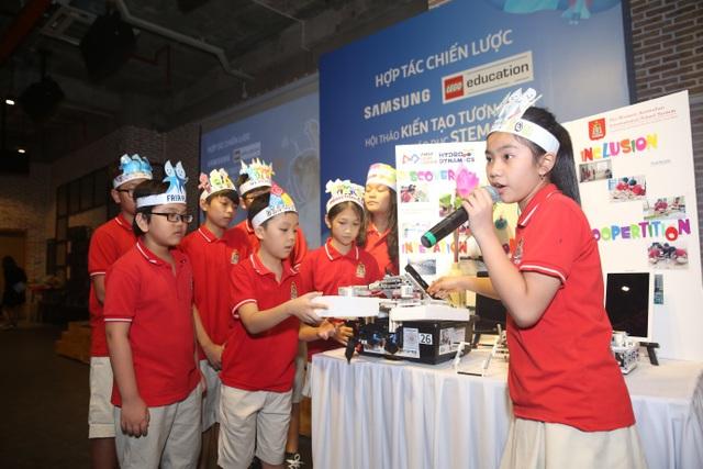 Một trong bốn đại diện Việt Nam tham dự cuộc thi First Lego League tại Hoa Kỳ trình bày ý tưởng về robot lọc rác thải – một dự án đạt giải nhất tại cuộc thi First Lego League Việt Nam