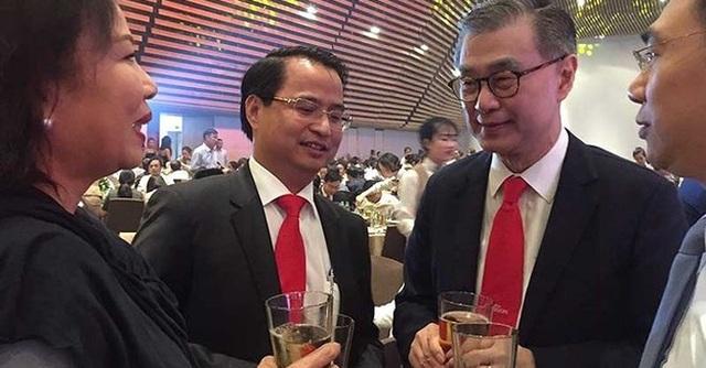 Ông Võ Thanh Hà - Chủ tịch HĐQT Sabeco (thứ hai từ trái qua) và ông Koh Poh Tiong (thứ ba từ trái qua) trao đổi tại hội nghị khách hàng của Sabeco diễn ra mới đây.