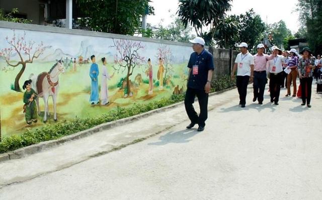 Song song với những con đường làng được trang trí bằng hàng chè tàu, hoa giấy xanh mướt thì con đường bích họa thực sự là một điểm nhấn ấn tượng mê hoặc lòng du khách