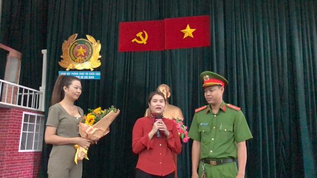 Buổi gặp gỡ đầy xúc động giữa người lính cứu hỏa trẻ là Thiếu úy Nguyễn Duy Khang và cư dân được cứu thoát, chị Nguyễn Thị Khánh Ly