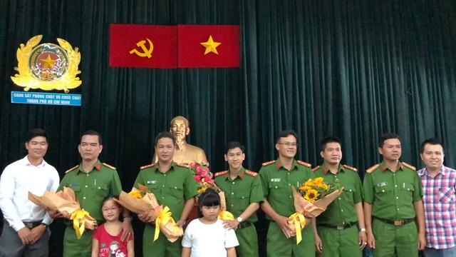 Những bó hoa được cư dân Carina gửi đến các chiến sĩ PCCC.
