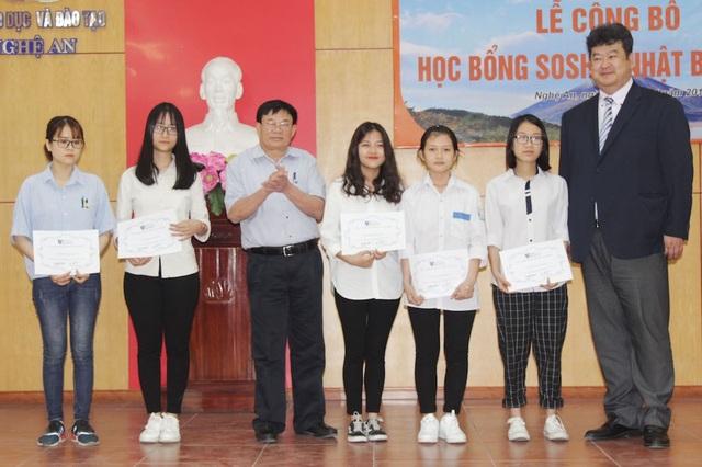 Các em học sinh xứ Nghệ An nhận học bổng Soshi.