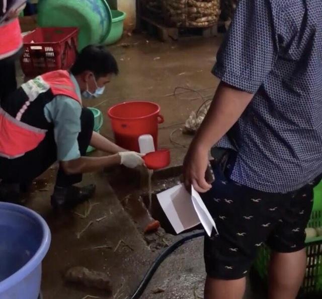 Lực lượng chức năng đang kiểm tra mẫu nước