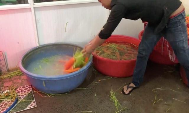 TPHCM: Phát hiện hơn 6 tấn củ cải, cà rốt bị ngâm hóa chất - 1