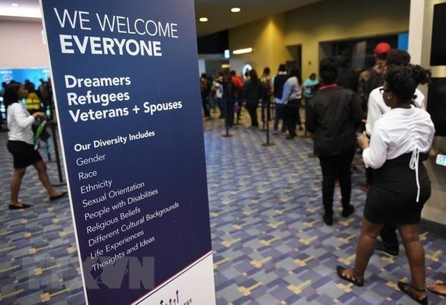 Người lao động tìm việc tại một hội chợ việc làm ở Washington, Mỹ. (Nguồn: AFP/TTXVN)