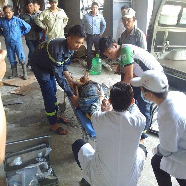 Lực lượng chức năng sơ cứu cho người bị thương