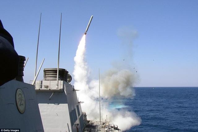 Tàu khu trục USS Porter phóng tên lửa Tomahawk (Ảnh: Getty)