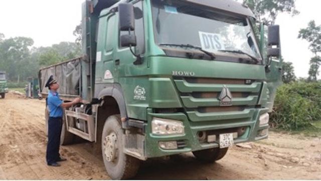 Thanh tra Sở GTVT kiểm tra kích thước thùng xe tại mỏ đất.