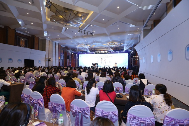 Các chuyên gia dinh dưỡng nhi khoa trong và ngoài nước tham dự hội thảo