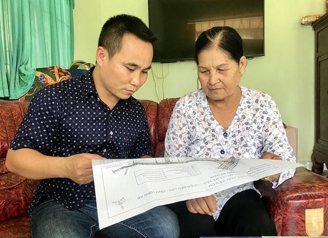 Bà Hồ Thị Bé trao đổi với PV Dân trí về diện tích đất bị thu hồi mà bà đang khiếu nại.