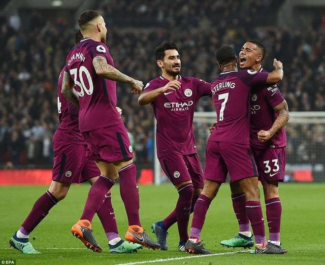 Jesus (phải) ăn mừng cùng các cầu thủ Man City sau bàn mở tỉ số