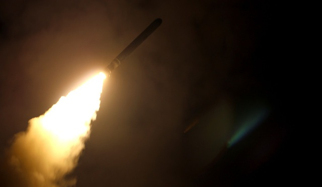 Tàu sân bay USS Monterey khai hỏa tên lửa Tomahawk tấn công các mục tiêu ở Syria. (Ảnh: AFP)