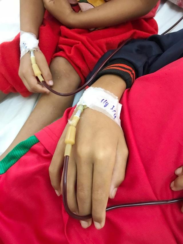 Bệnh viện và các dây chuyền máu, thuốc men... đã quá quen thuộc với 2 em Quy, Bảo