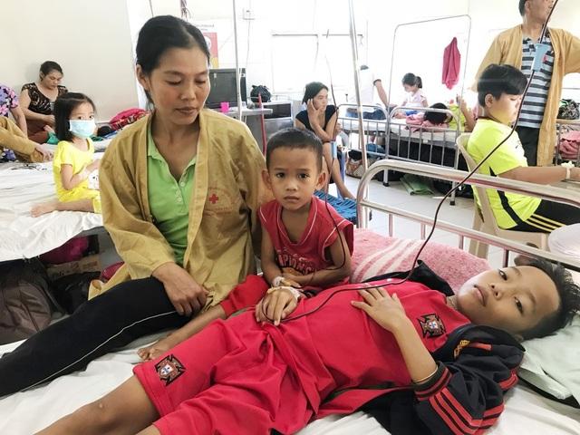Chị Hương bên 2 con trai đã hơn trăm lần vào bệnh viện để chuyền máu