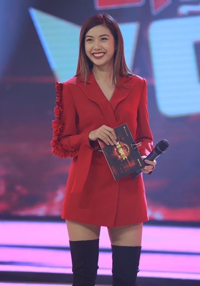 Á hậu Thuý Vân trong vai trò dẫn dắt xuyên suốt chương trình.