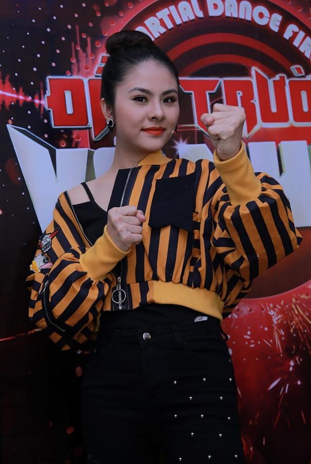 Trong tập đầu tiên, diễn viên Vân Trang bất ngờ xuất hiện trong vai trò giám khảo khách mời. Nữ diễn viên còn hóm hỉnh chia sẻ bản thân đang mong chờ một vai diễn hành động trên màn ảnh và sẽ sẵn sàng lên sân khấu để đánh, đấm nếu như nhận được sự yêu cầu của thí sinh.