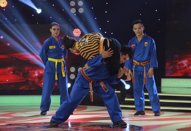 """Sau đó, Vân Trang còn khiến cả khán phòng """"há hốc"""" khi nữ diễn viên lên sân khấu và tung chiêu kẹp cổ đặc trung của võ Vovinam."""