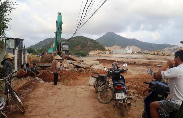 Người dân bức xúc vì đơn vị thi công ngang nhiên đào bới đường dân sinh ảnh hưởng nghiêm trọng đến sinh hoạt người dân.
