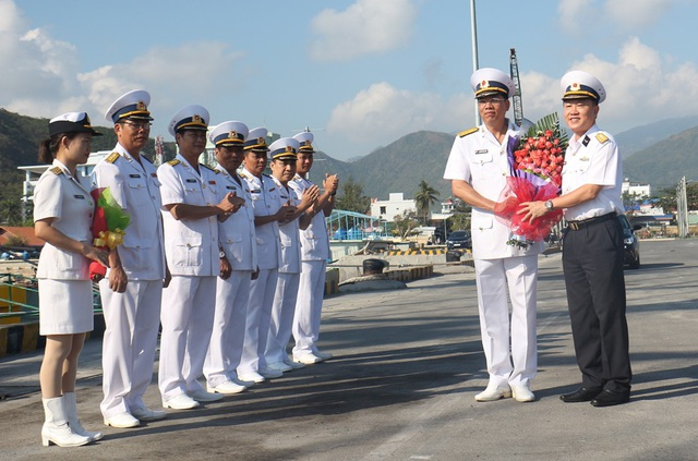 Lãnh đạo Học viện Hải quân tặng hoa tiễn đoàn công tác tàu buồm Lê Quý Đôn lên đường thực hiện nhiệm vụ (Ảnh: Học viện Hải quân cung cấp)