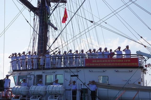 Đoàn công tác trên tàu buồm Lê Quý Đôn thực hiện chào cảng khi rời bến (Ảnh: Học viện Hải quân cung cấp)