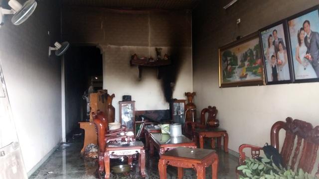 Căn nhà cấp bốn cùng nhiều đồ đạc bị thiêu rụi làm hư hại hoàn toàn