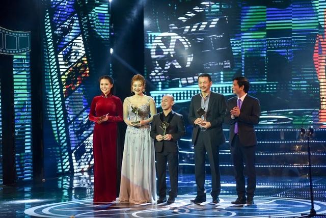 Nghệ sĩ Vũ Đình Thân và nữ diễn viên trẻ trao giải Nam/Nữ diễn viên phụ phim truyền hình xuất sắc nhất.