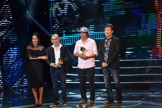 Nhạc sĩ Giáng Son cùng nam nghệ sĩ trao giải Âm nhạc và Âm thanh xuất sắc phim truyện điện ảnh.