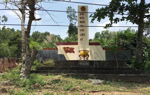 Tượng đài nằm trên tuyến đường huyết mạch Trần Hưng Đạo, sát với trung tâm huyện Phú Quốc và cách UBND xã Dương Tơ chỉ 500m.
