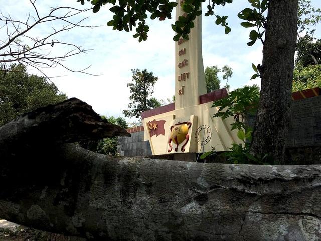 Cây đổ ngang, chết khô trong khuôn viên đặt tượng đài.