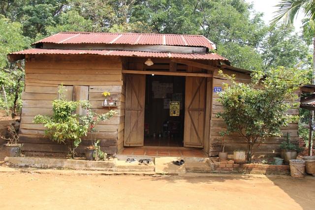 Căn nhà gỗ tạm bợ là nơi ở của Hòa và ông bà ngoại,