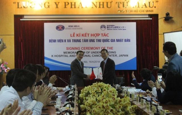 GS.TS Trần Văn Thuấn, Giám đốc BV K và Trung tâm ung thư Quốc gia Nhật Bản kí kết hợp tác.