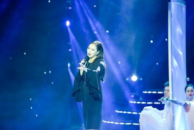 Ca sĩ Khánh Linh mở màn lễ trao giải bằng ca khúc chủ đề của phim truyền hình Sống chung với mẹ chồng.