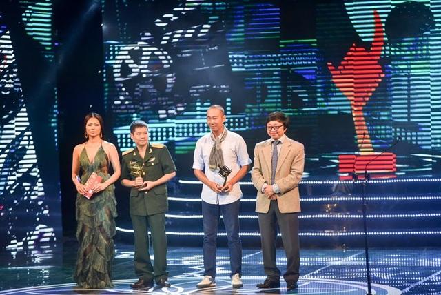 Nghệ sĩ Hồng Chương và Kiều Oanh trao giải cho hạng mục phim tài liệu.