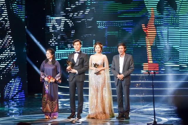 Nghệ sĩ Bùi Bài Bình và Diệu Thuận trao giải Nam/Nữ diễn viên phụ phim điện ảnh xuất sắc nhất.