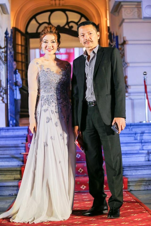 NSƯT Trung Anh và diễn viên Thanh Hương có mặt khá sớm tại thảm đỏ. Cả hai tối qua cùng nhận giải Nam/Nữ diễn viên phụ phim truyền hình xuất sắc nhất của bộ phim Người phán xử