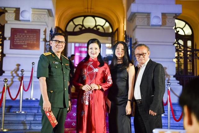 Vợ chồng nghệ sĩ Phạm Cường - Thu Quế và ê-kíp phim Vô diện.