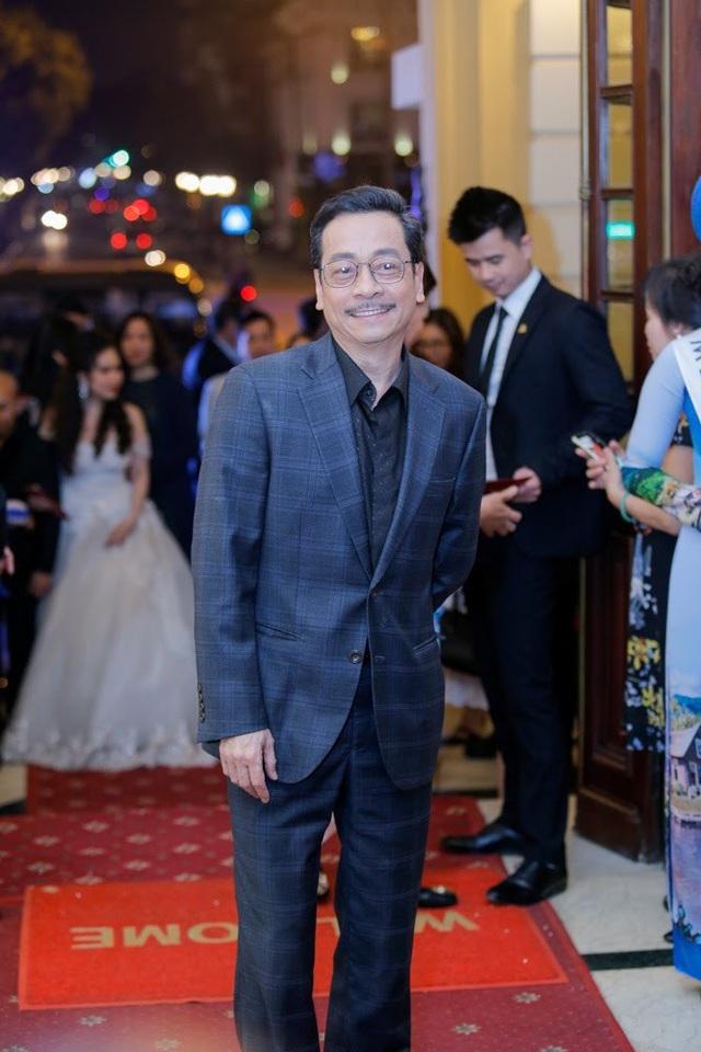 Xuất hiện trên thảm đỏ lễ trao giải Cánh diều 2017 tối qua còn có rất nhiều tên tuổi của làng điện ảnh. NSND Hoàng Dũng cũng được mời đến với tư cách nghệ sĩ dự lễ trao giải.