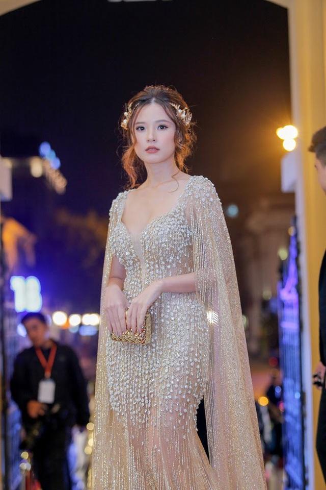 Midu diện đầm đính khá nhiều kim sa và đội vòng hoa công chúa. Nữ diễn viên này cũng đoạt giải Nữ diễn viên phụ xuất sắc phim truyện điện ảnh, vai mợ Tuyết phim Mẹ chồng.