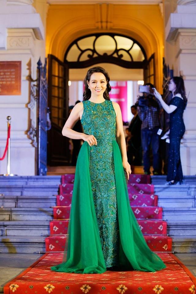 Diễn viên Mai Thu Huyền diện chiếc đầm xanh khá nổi bật tại sự kiện. Cô là một trong hai nghệ sĩ được mời lên sân khấu để trao giải Diễn viên trẻ triển vọng và Phim ngắn xuất sắc nhất.