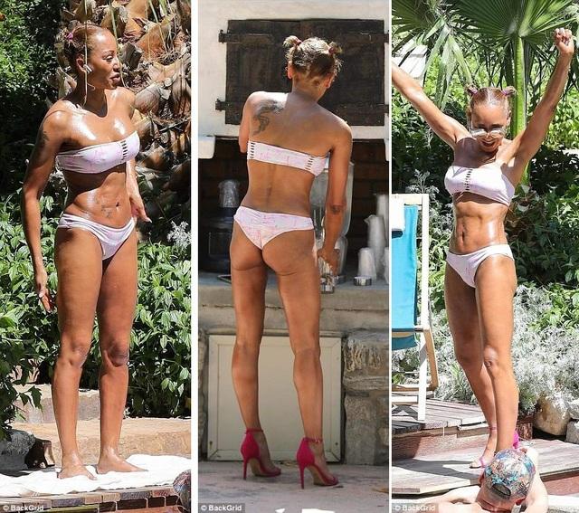 Trong một ngày khác, Mel B diện bộ áo tắm màu trắng, giày cao gót màu hồng sải bước tự tin trong khu nghỉ dưỡng.