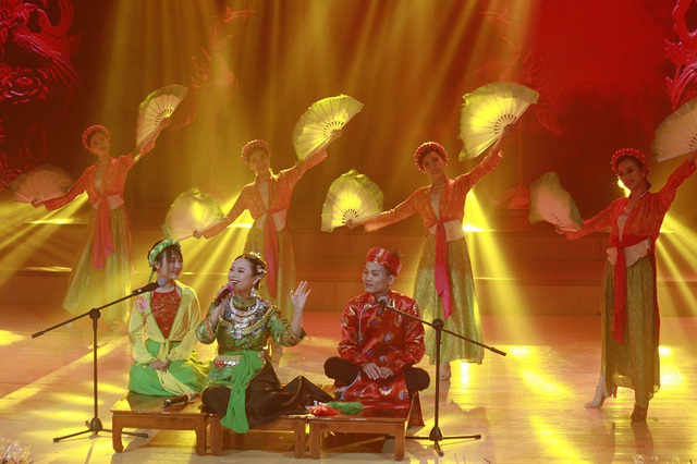 Thí sinh Nguyễn Thùy Dương hóa thân thành cô đồng trong phần thi tài năng của mình