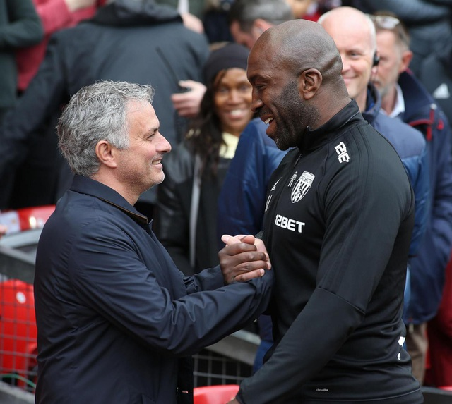 HLV Mourinho (trái) niềm nở bắt tay huấn luyện viên tạm quyền Darren Moore (phải) khi MU tiếp West Brom trong khuôn khổ vòng 34 Premier League