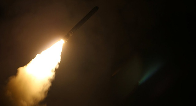 Tàu USS Monterey của Mỹ phóng tên lửa Tomahawk trong cuộc tấn công vào Syria hôm 14/4 (Ảnh: Reuters)