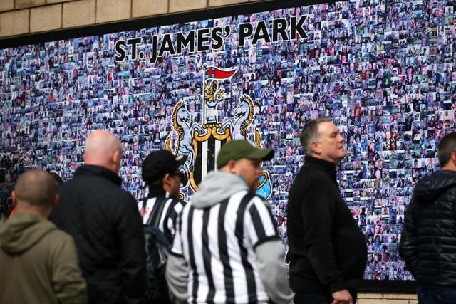 Các cổ động viên Newcastle chờ St. James Park mở cửa để vào theo dõi trận đấu của đội nhà với Arsenal trong khuôn khổ vòng 34 Premeir League