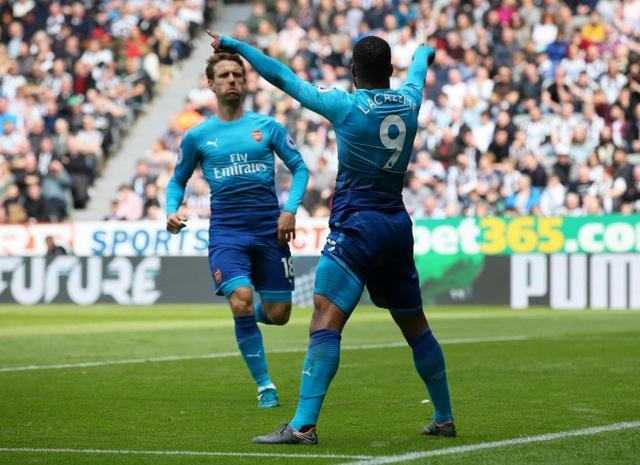 Lacazette ăn mừng sau khi có bàn thắng vào lưới Newcastle, tiền đạo người Pháp cũng đang có phong độ tốt trong giai đoạn cuối mùa giải