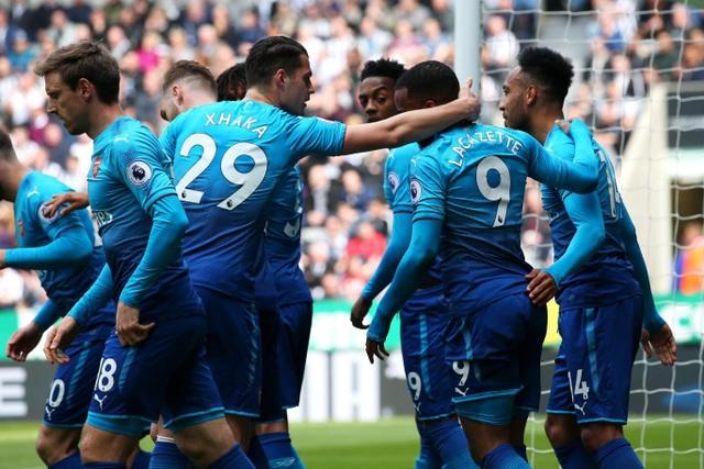 Các cầu thủ Arsenal chia vui sau khi mở tỉ số trận đấu