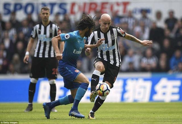 Newcastle không nao núng sau khi bị dẫn bàn, đội chủ nhà rất nỗ lực. Trong hình, Shelvey (phải) cố gắng che chắn bóng trước sự áp sát của Elneny, một cuộc chiến giành bóng của các tiền vệ trung tâm của hai bên