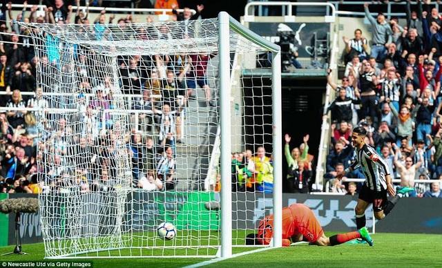 Chỉ 15 phút sau khi bị thủng lưới, Perez với pha dứt điểm hiểm hóc đã giúp Newcastle quân bình tỉ số