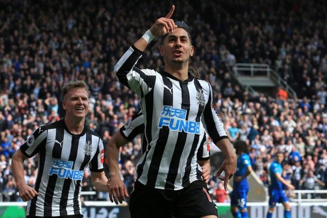 Niềm vui của các cầu thủ Newcastle sau khi có bàn thắng vào lưới Arsenal
